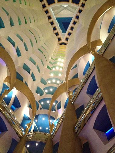 L'interno del Burj Al Arab a Dubai , l'unico hotel a 7 stelle  al mondo