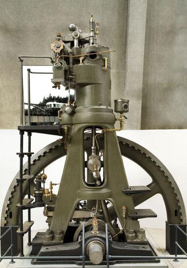 Der erste schwedische Dieselmotor im Stockholmer Tekniska Museet in einer Aufnahme aus dem Jahr 2007. Seit 2012 befindet sich der Motor nicht mehr im Publikumsbereich des Museums.