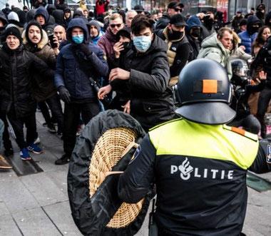 Demonstranter mod regeringens corona politik trodser udgangsforbuddet