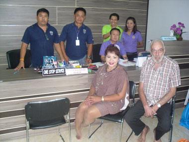 Mitarbeiter Immigration neues Office mit Besucher und Dolmetscherin