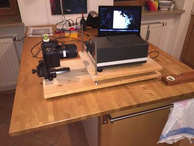 Leitz Pradovit Dia-Projektor, Aufbau für das Abfotografieren, verstellbarer Tisch für den Projektor, Kamera mit Macro-Objektiv, Feintrieb zur Positionierung der Kamera, Dr. Ralph Oehlmann, Oehlmann-Photography