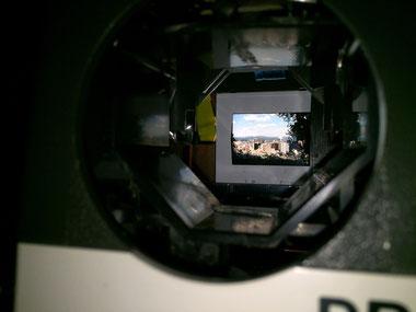 Leitz Pradovit Dia-Projektor, Blick von vorne, Fokus auf ein eingelegtes Dia, Dr. Ralph Oehlmann, Oehlmann-Photography