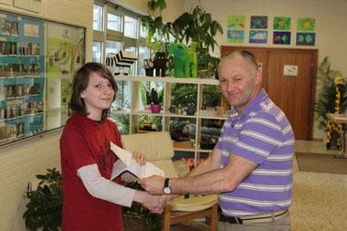 Alessio Garotte (8R1) nimmt die Glückwünsche seines Mathematik- und Klassenlehrers Johann Eisfeld entgegen