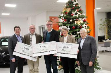 Thomas Fischer (Geschäftsführer, links) übergibt die Spenden an die Vertreter der drei Organisationen (v. r.) Andreas Fersch, Andreas Moser, Waltraud und Michael Fuchs, Foto: Andreas Köllner