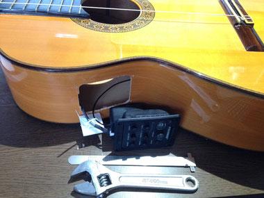 ギターにピックアップを:プリアンプを取り付ける