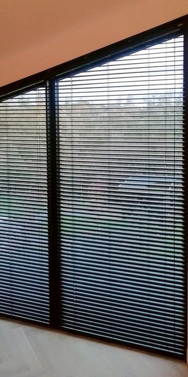 schuine ramen; raamdecoratie schuin raam; jaloezieën; zwarte jaloezieën; raambekleding; raambekleding schuine ramen; solis