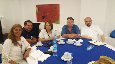 En la mesa con distribuidores de otros estados atentos a las conferencias del primer Forum en Riviera Maya.