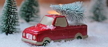 Spielzeugauto mit Weihnachtsbaum