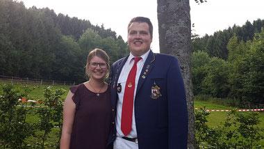 Das Jungschützenkönigspaar Raphael Scheckel und Lea Krengel nach dem Königsschuss.