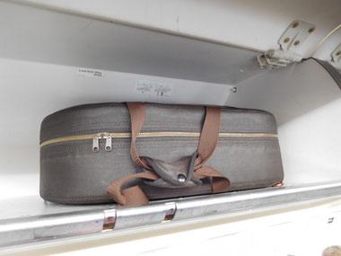 Waldhornkoffer als Handgepäck im Flugzeug