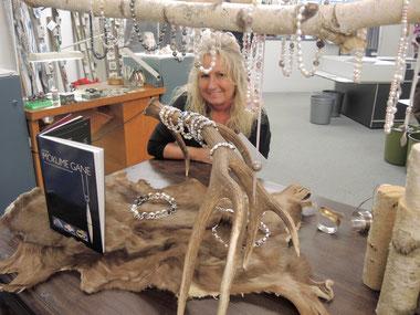 Perlenketten und Metallschmuck in der Ausstellung im Triumph Outlet