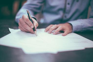 Un contrat de service à domicile doit évaluer les besoins d'interventions et respecter un certain formalisme. Crédit photo : Pixabay© Free-Photos