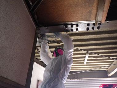 折板裏断熱材の試料採取の様子