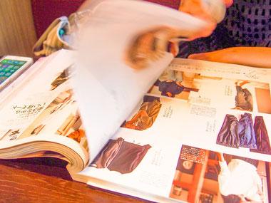 雑誌や広告から好きな絵や写真を切り取って台紙に貼り付けます。