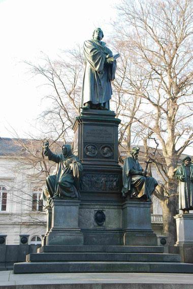 Luther mit der Lutherbibel