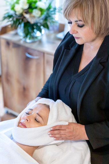 Simone Weigl der Beauty & Wellness Auszeit in Affing in der Behandlung mit einer Kundin