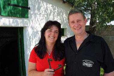 Gerlinde mit Hausherrn und Weinexperten Erich Mutz