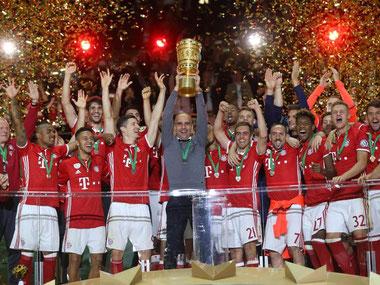 Pep Guardiola stemmt als Erster den DFB-Pokal hoch. Foto: Kay Nietfeld