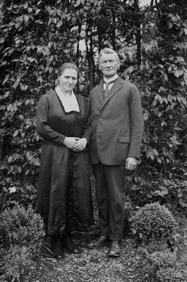 Meine Großeltern bei einem Fototermin im Garten (um 1930)