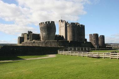 Caerphilly Castle mit schiefem Turm