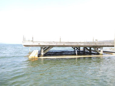 Foto: Floß mit neuer Holzkonstruktion