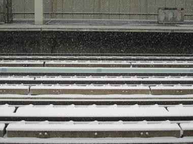 出発の福島駅は、雪が舞っていました