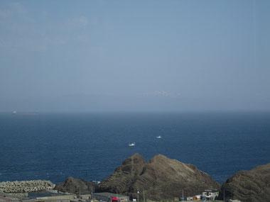 写真中央よりちょっと右寄り、かすかに「大千軒岳」