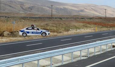 Papp-Polizisten am Wegesrand sollen das Rasen auf den türkischen Fernstraßen verhindern