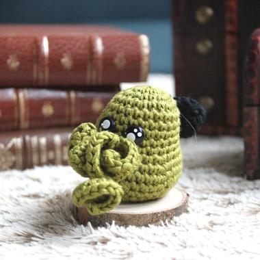 personnage totem fantastique Cthulhu miniaturisé et kawaii, fait à la main au crochet