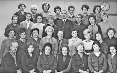 Педагогический коллектив школы № 530, г. Пушкин, 1970 г. (Галина Феофановна — в третьем ряду вторая справа)