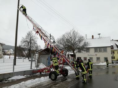 Aufhängen der Narrenbändel im Ortsteil Oberflacht