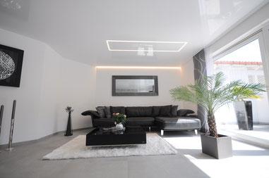 Bild Spanndecken schwarz, Lackspanndecke, Küche und integriertes Lichtdeckenfeld