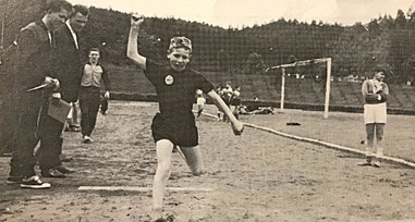 Georg Schmitt beim Weitsprung bei den Ludwig-Wolker-Spielen 1962 im Waldstadion Homburg.