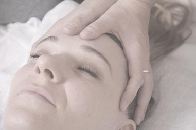 cabeza con manos haciendo masaje Shiatsu