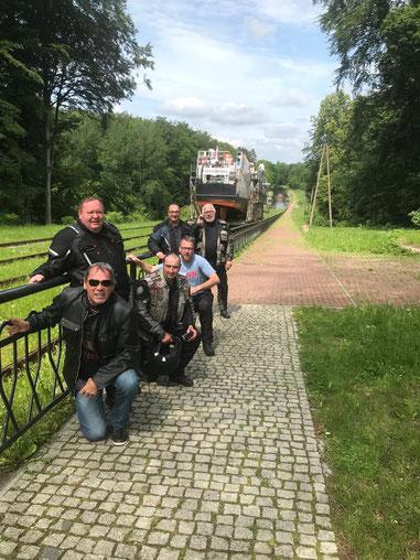 Die sechs Fahrer der Baltic-Tour machen Station am Elblaski-Kanal und bewundern die Rollberge für die Schiffe.