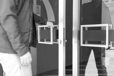 Eingang Türe Geschäftssitz FAU – Fokus Arbeit Umfeld