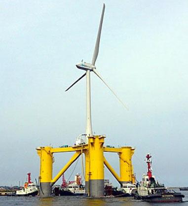 小名浜港に到着した浮体式の洋上風力発電設備。今後、福島県沖に順次配備されることになっている。(出典:清水建設ウェブサイト)