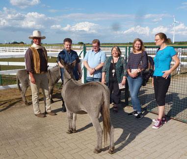 André Engelhardt und die Esel Maxi und Joshi mit der Sulinger Redaktion von DIE WOCHENPOST