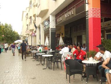 歩道は広く、カフェのテーブルか広く並べられています。