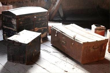 Les malles retrouvées dans le grenier de la ferme