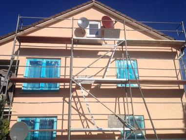 Vom Stellen des Gerüstes, über eine neue Beschichtung Ihrer Hausfassade, bis hin zur Fertigstellung.