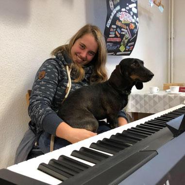 Johanna Korf mit einem ihrer Hunde bei einer Sonderprobe der Chöre
