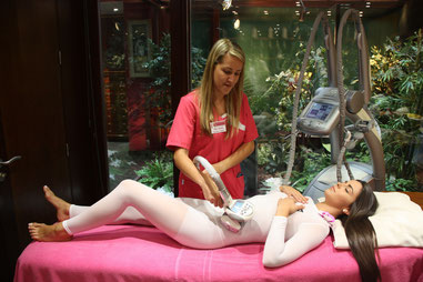 Alba realizando un tratamiento de LPG.