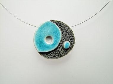 collier noir et bleu en ceramique raku effet lave