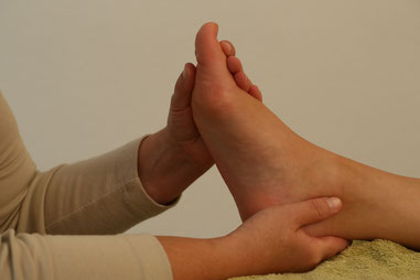 Behandlung mit Fußreflexzonenmassage