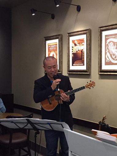 ウクレレ奏者の鈴木昭寿さんです(笑)って、僕です!