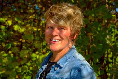 Edith Roebers; Gastgeberin Wortwechsel in violett; Service Expertin
