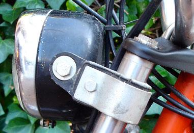 Detalle del faro original con la cogida de las gomas portafaros originales del modelo Mini 3