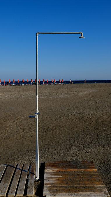 Mathieu Guillochon photographe, Grèce, Crète, Frangokastello, voyage, mer, rivage, littoral, plage, douche, parasols, été, bleu, rouge, ocre