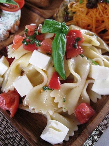 カプレーゼ風ファルファッレのサラダ